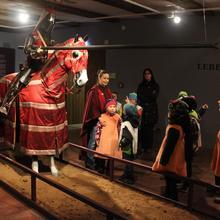 Kinderprojekt, Kinder bestaunen den Ritter mit Pferd [(c): FilmBurg Querfurt]