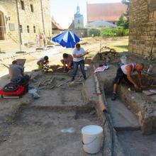 Ausgrabungen im Burginnenhof [(c): FilmBurg Querfurt]