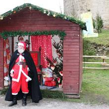 Weihnachtsmann vor Hütte [(c): FilmBurg Querfurt]